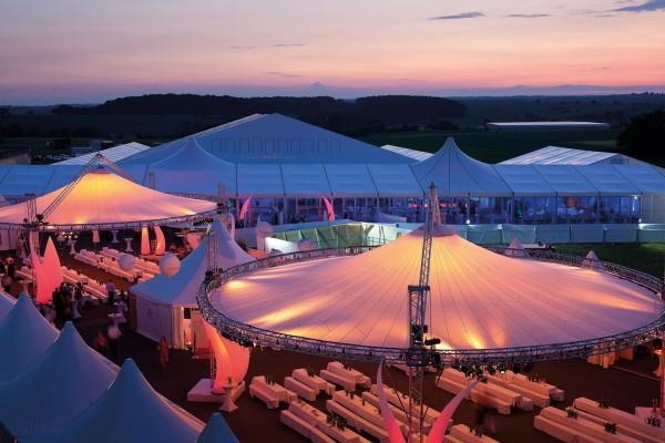 Event: Location eines Jubiläums im Abendlicht