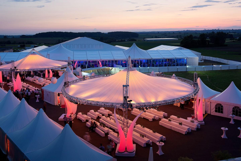 Event: Location eines Jubiläums im Abendlicht. Wir als Eventagentur waren für die Full-Service-Organisation zuständig.