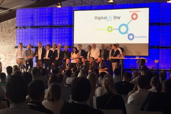 Teilnehmer des Digital Life Day auf Bühne im Kongresssaal