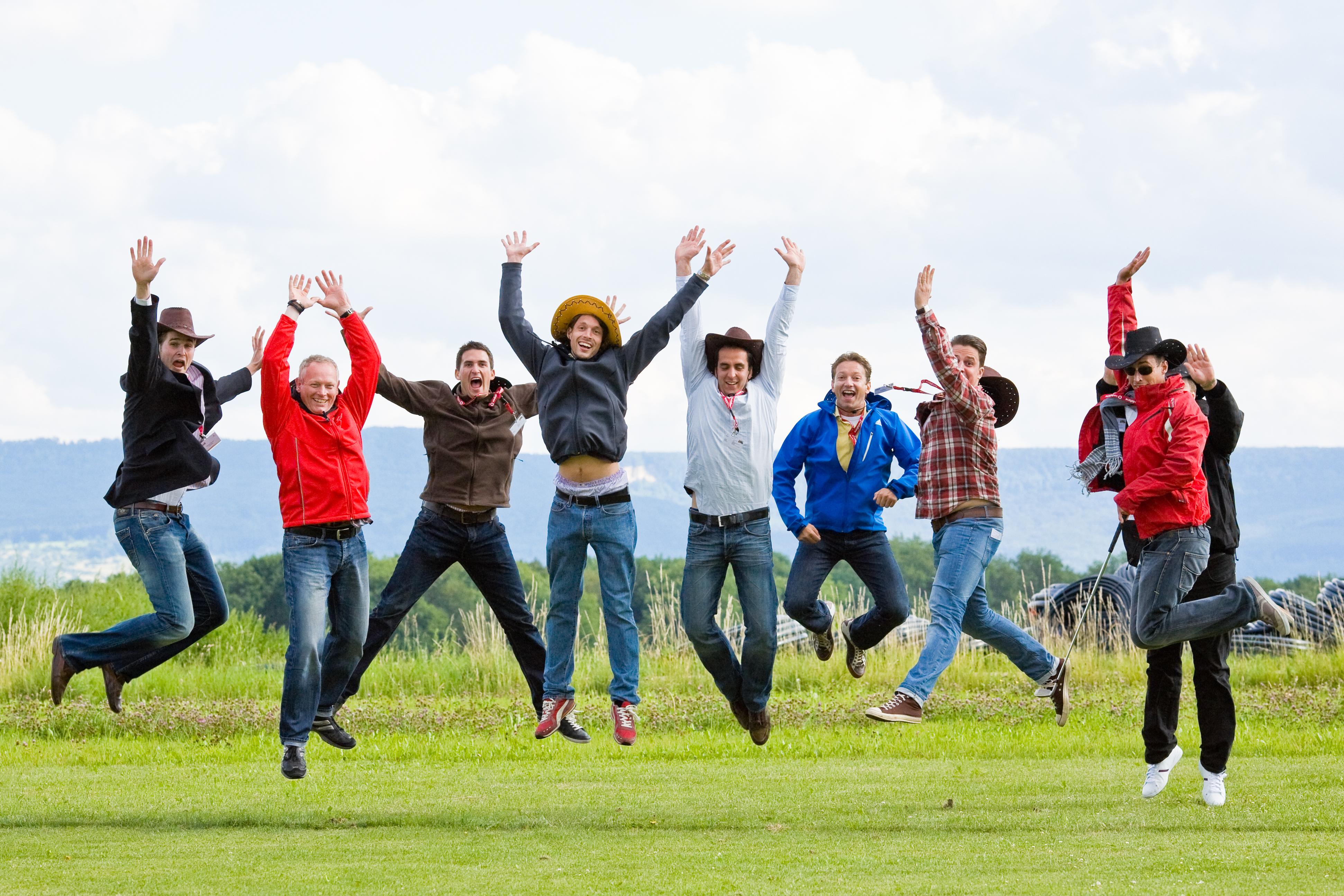 Event: Vor Freude springende Teilnehmer eines Sommerfestes. Wir als Eventagentur waren für die Full-Service-Organisation zuständig.